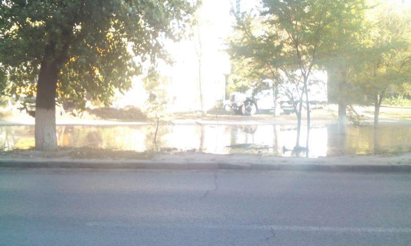 Водоканал вынужденно откачал воду на проезжую часть в Кировском районе Волгограда