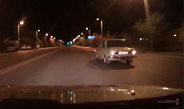 В Волжском пьяные парни устроили гонки с полицией на угнанной «шестерке»
