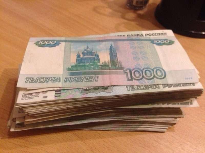 В Волгограде директора фирмы задержали при передаче 200 тысяч рублей полицейскому
