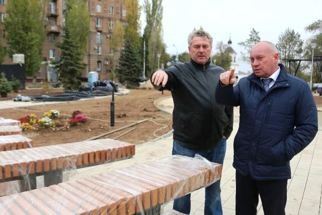 Виталий Лихачев проинспектировал ход работ в сквере Пушкина