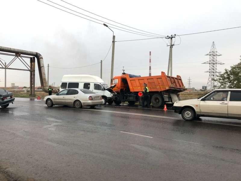 На перекрестке в Волжском произошла страшная авария