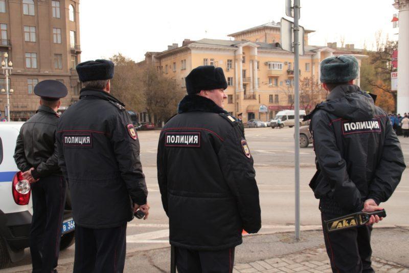 Полицейские эвакуируют  все автомобили с площади Павших борцов