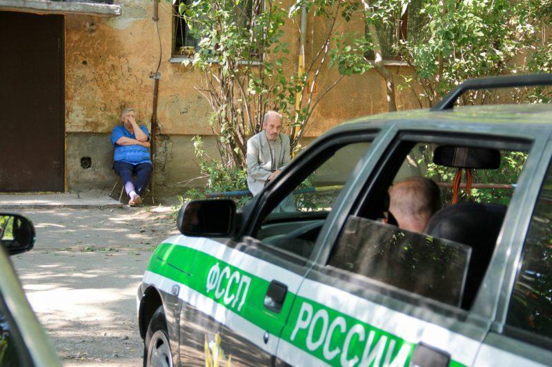 В Жирновском районе женщина устроила неудачный спектакль перед судебными приставами
