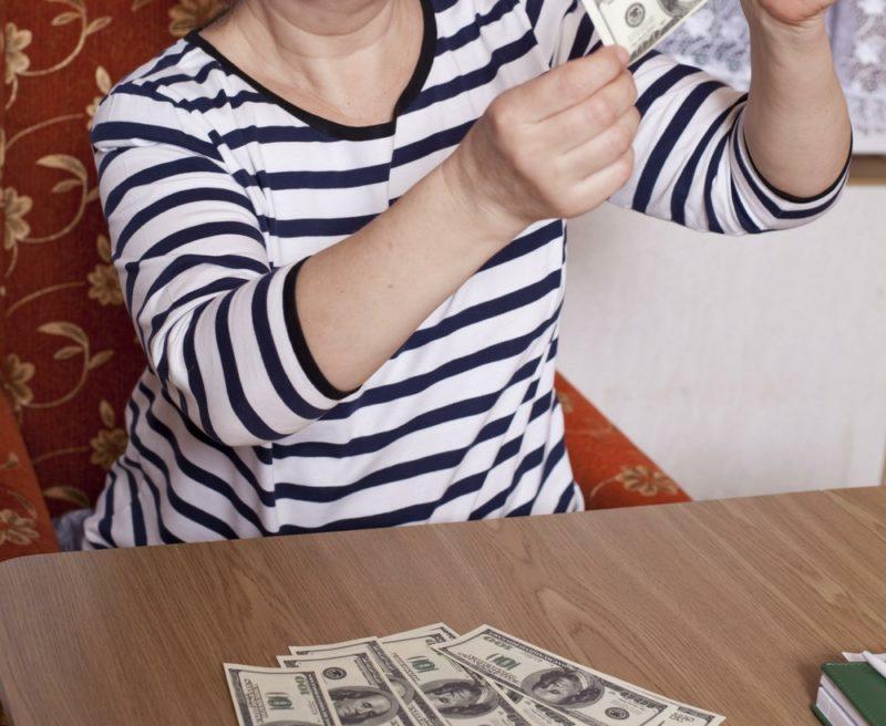Волгоградская пенсионерка потеряла 4 тысячи долларов во время игры на бирже