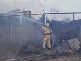 В Калачевском районе пожар в жилом доме унес жизни матери и сына