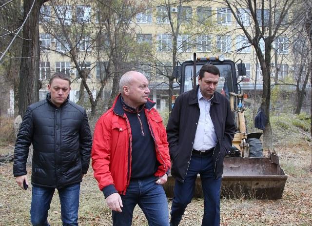 Сквер у «Красного октября» начали благоустраивать после визита делегации чиновников