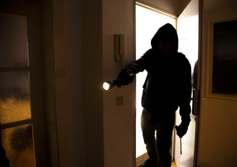 Волгоградцам рассказали, куда обращаться при подозрительных соседях