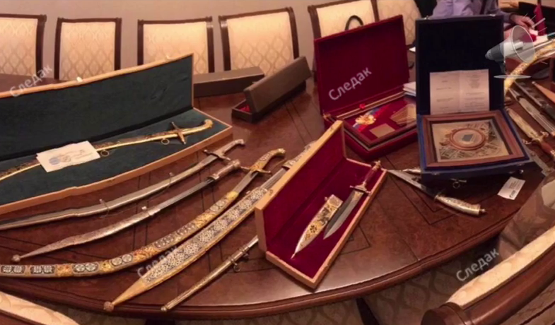 У семьи Арашукова изъяли золотые слитки, сабли и ножи. ВИДЕО