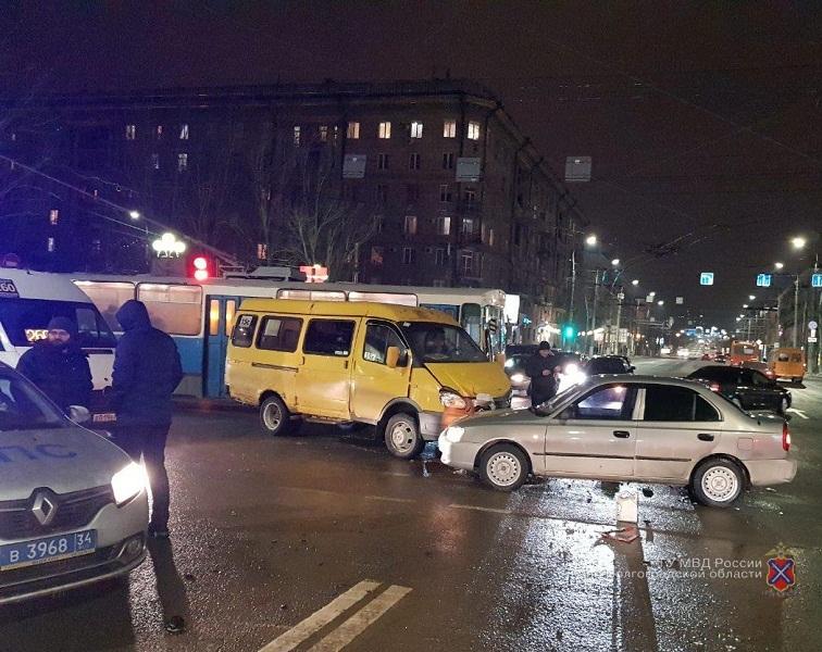 ДТП маршрутки и «Хендэ Акцент» в Волгограде попало на видео