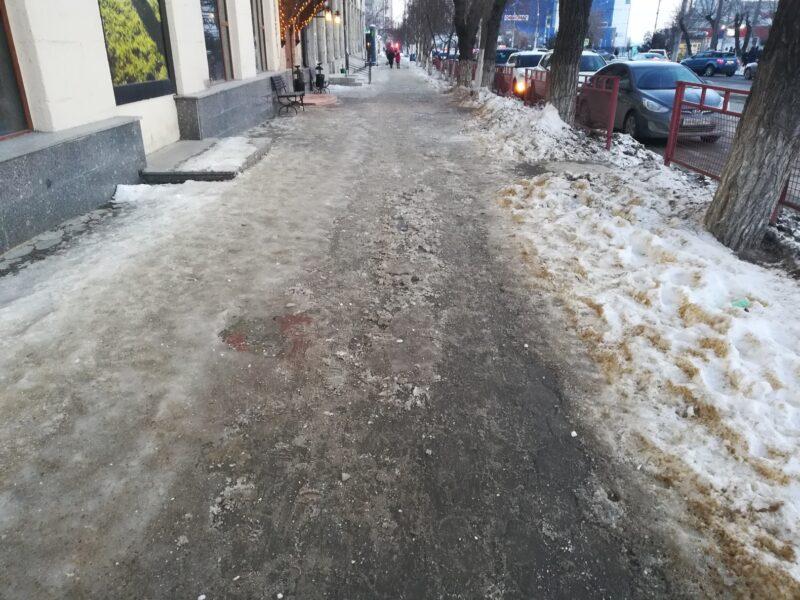 Мэрия Волгограда: ежедневно поступает 100 жалоб на уборку наледи во дворах