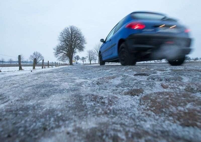 МЧС напомнило водителям, как выжить на дороге в метель