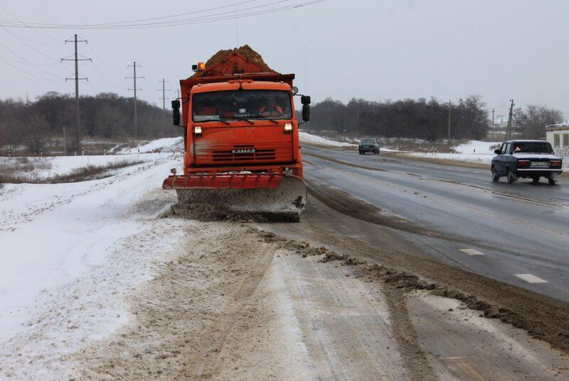 Заснеженные трассы Волгоградской области чистят 77 единиц спецтехники