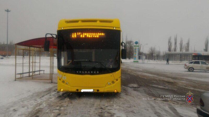 В Волжском водитель автобуса травмировал пассажирку