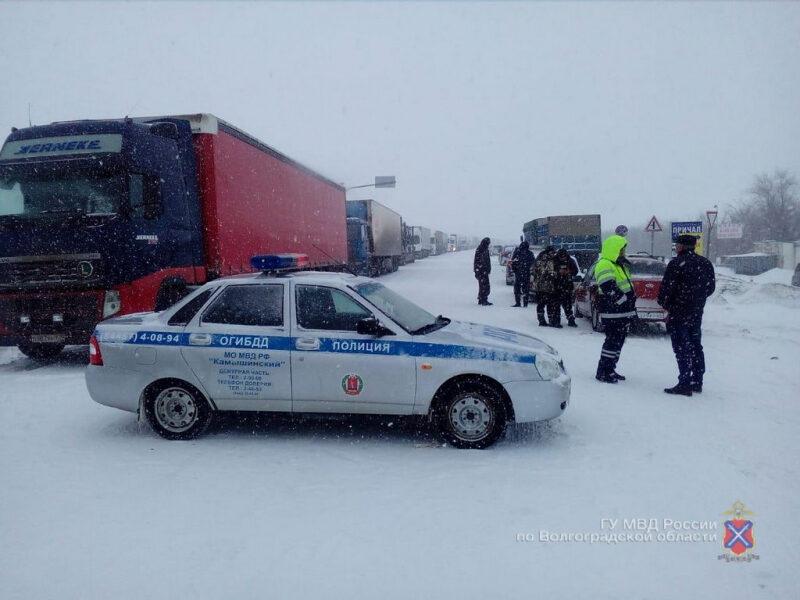На помощь к застрявшим в снегу под Волгоградом водителям направили полицейских