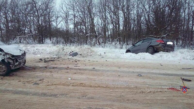 В Михайловском районе на заснеженной дороге столкнулись «Гранта» и «Солярис»