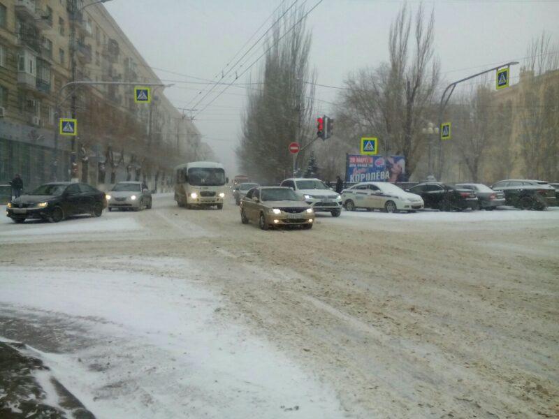 На заснеженных дорогах Волгограда произошло несколько десятков ДТП