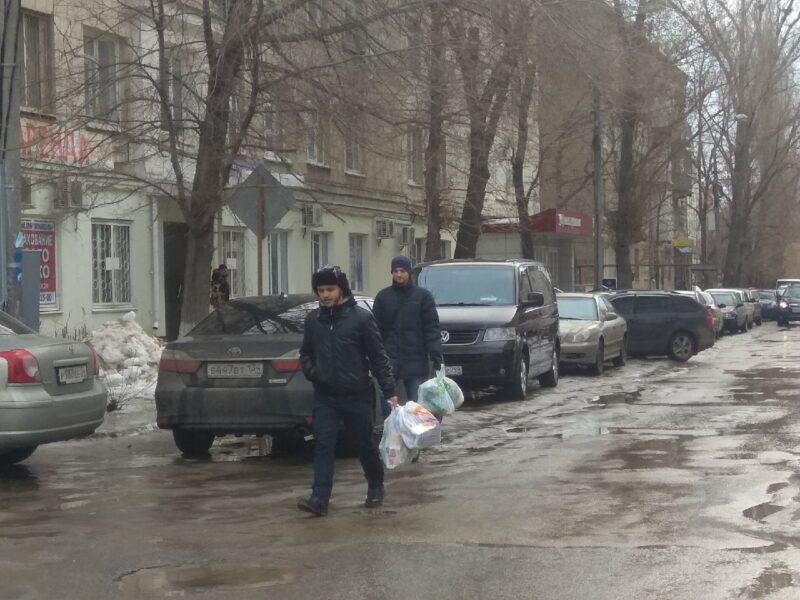 Волгоградцы принесли мусор к офису регоператора по вывозу отходов