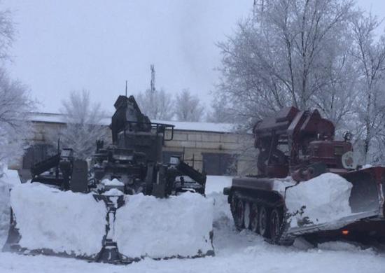 Военные в Волгоградской области помогли с расчисткой снега на дорогах