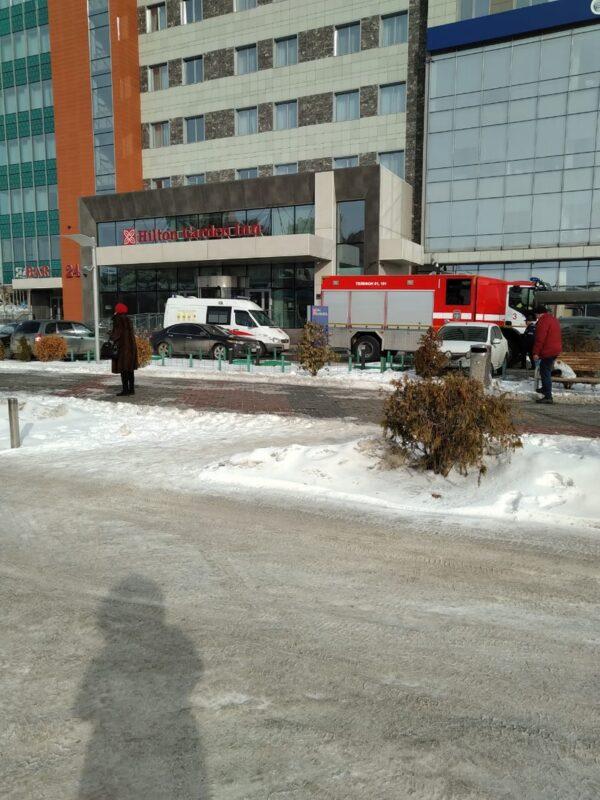 Машины экстренных служб подъехали к зданию «Hilton Garden Inn» в Волгограде