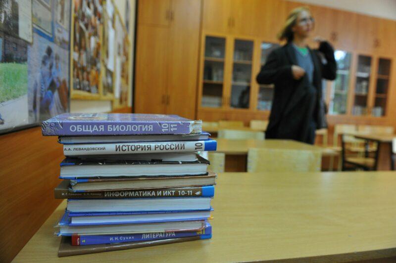 Министру просвещения РФ предложили снижать зарплаты учителям за агрессию к школьникам