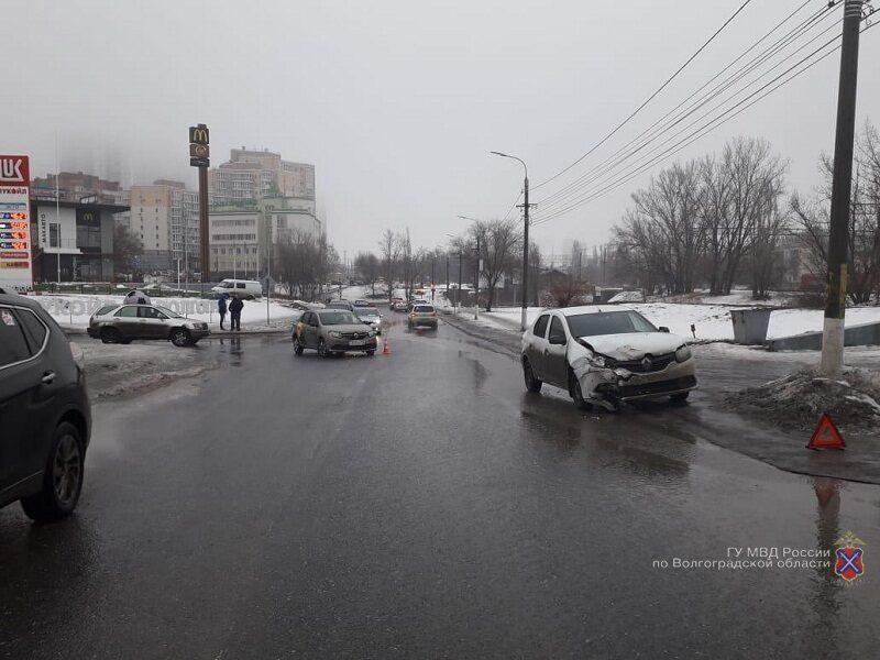 В центре Волгограда в ДТП пострадала 5-летняя девочка