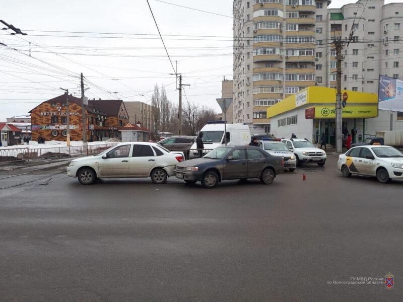 В Волгограде при столкновении двух легковушек пострадал 1,5-годовалый ребенок