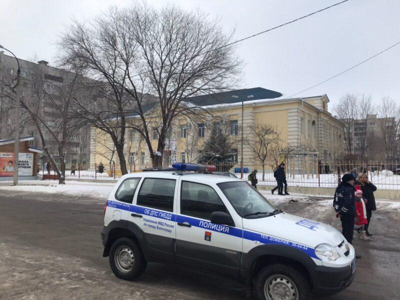 «Эвакуируйтесь или будут жертвы»: школьников Волгограда снова отправляют домой из-за угрозы взрыва
