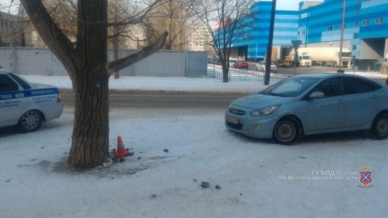 """20-летняя автоледи на """"Хендэ"""" протаранила дерево в Волжском"""