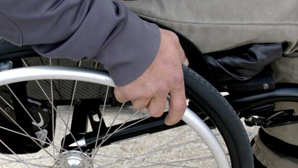 Волгоградскому инвалиду-колясочнику вернули деньги, списанные из-за незаконного поручительства по кредиту