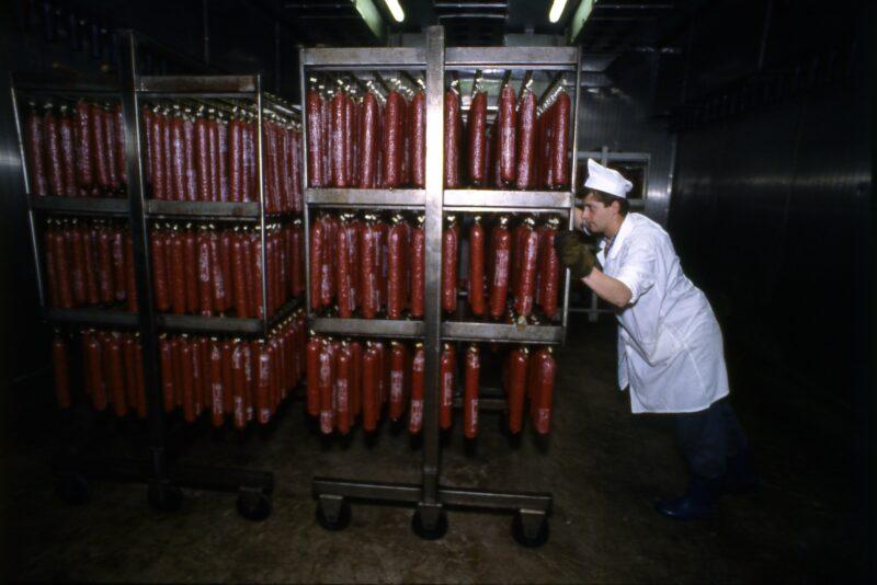 В волгоградском магазине Россельхознадзор нашел сомнительные колбасы