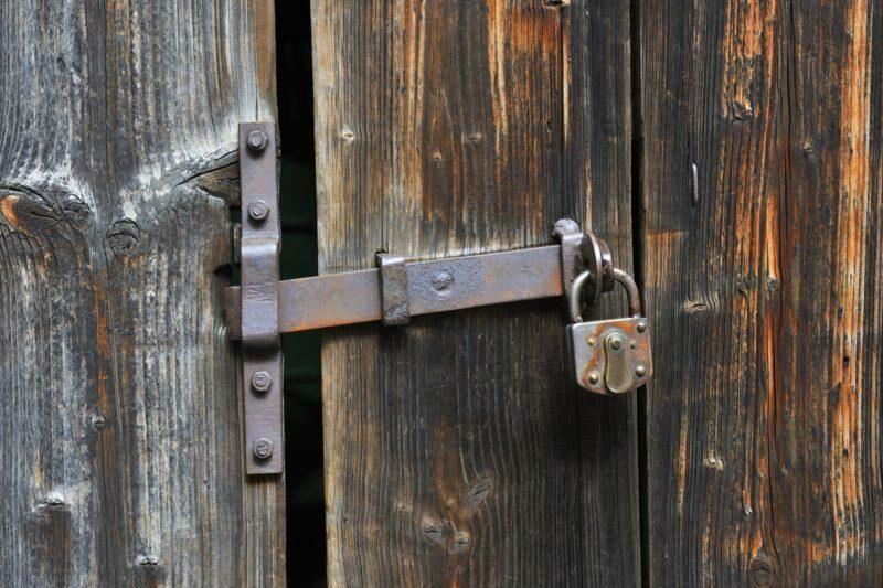 В Волгограде владельцы антикафе устроили из жилого подъезда проходной двор