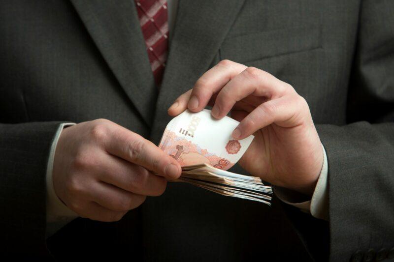 В Волгограде мужчина получил уголовное дело за взятку судебному приставу