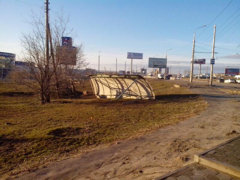 Унесенная ветром: в Волгограде сдуло остановку