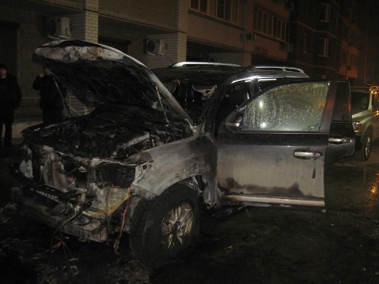 В Волгограде ночью пироманы сожгли дорогой внедорожник