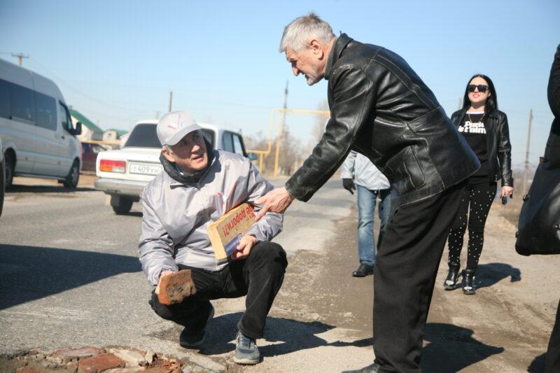 Кирпичом по асфальту: активисты ОНФ сделали рейд в Ерзовку
