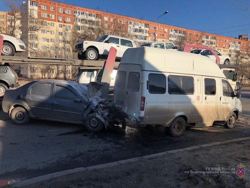 В Волгограде легковушка столкнулась с маршруткой: есть пострадавшие