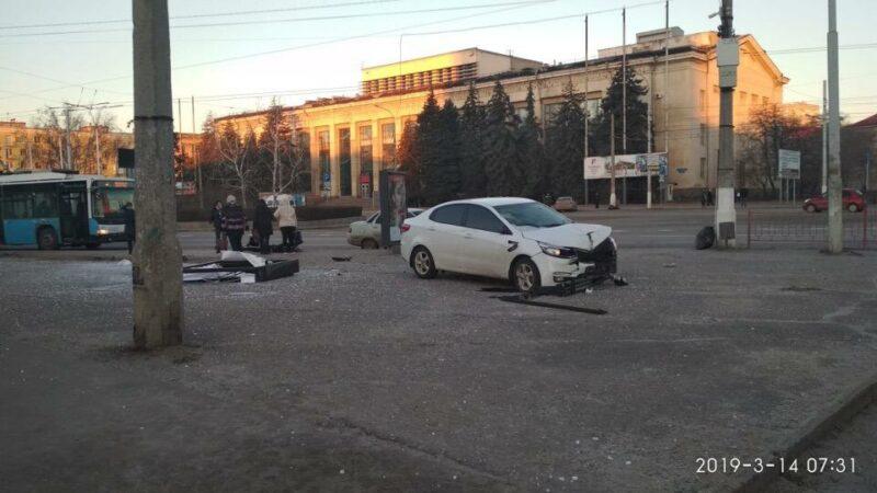 В Волгограде уснувшая за рулем автоледи сбила молодую девушку на остановке