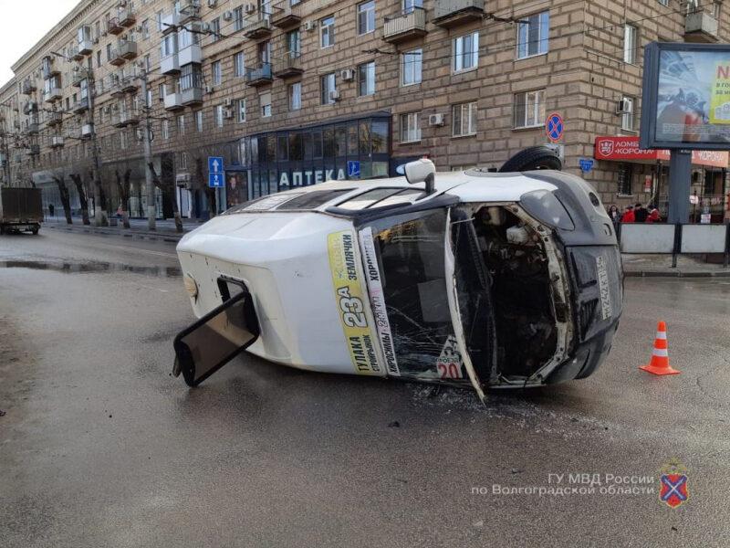 В центре Волгограда перевернулась маршрутка. Видео
