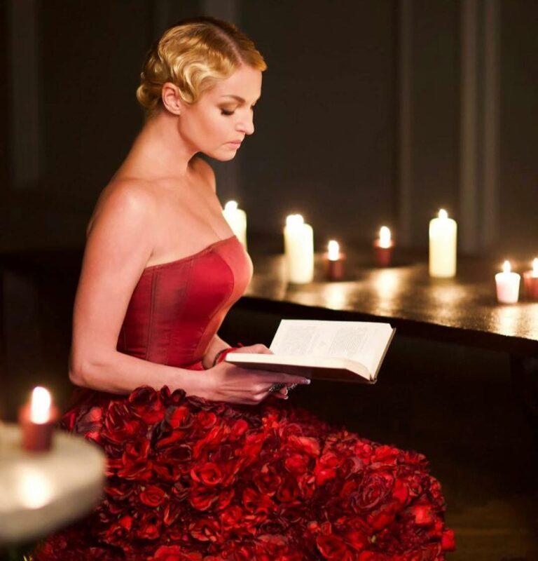 «Плата за успех»: Волочкова снялась в платье из роз в честь выхода своей книги