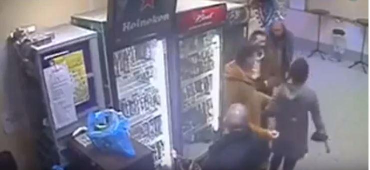 Российская продавщица нокаутировала дебошира и покорила сердца иностранцев