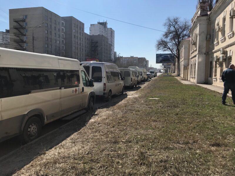 «Маршрутчикам», перекрывшим первую продольную в Волгограде, выписали штрафы по 2000 рублей