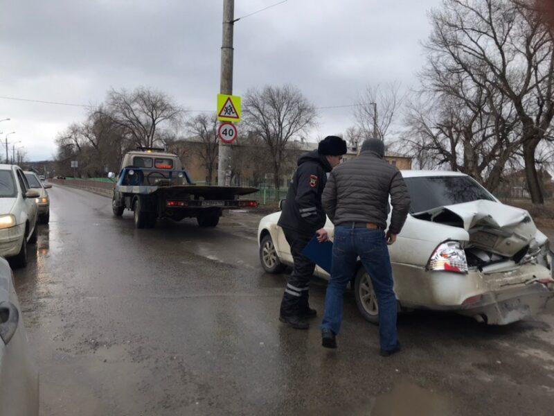 Закружило: в Кировском районе Волгограда столкнулись два автомобиля