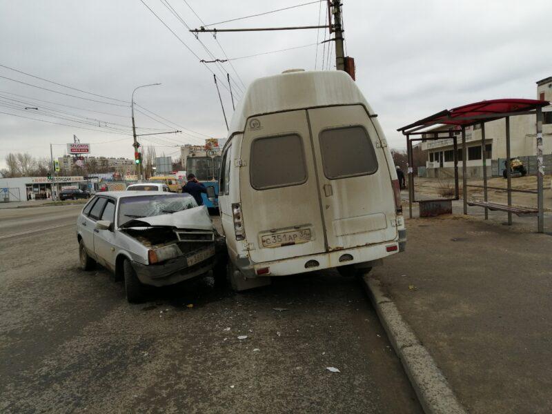 В Волгограде пьяный водитель на легковушке протаранил маршрутку