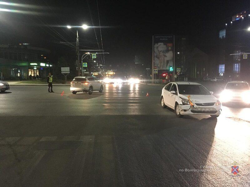 В центре Волгограда в ДТП пострадала 4-летняя пассажирка Toyota RAV4