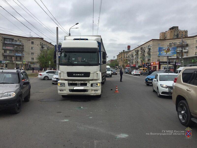 В центре Волгограда Renault Logan столкнулся с Камазом: четверо пострадавших