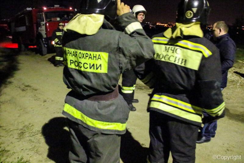 В Волгограде крупный пожар уничтожил четыре гаража и автомобиль