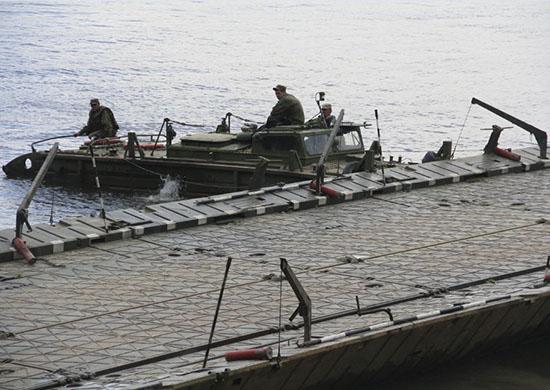 Инженеры ЮВО под Волгоградом навели наплавной мост через Карповку