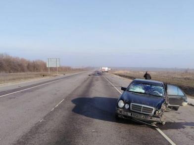 В Михайловке «Мерседес Бенц Е200» на полной скорости столкнулся с тягачем: есть пострадавшие