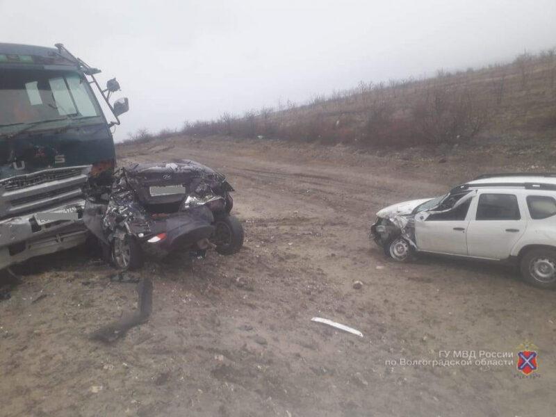 В Дубовском районе водитель большегруза подмял под себя автобус и две иномарки