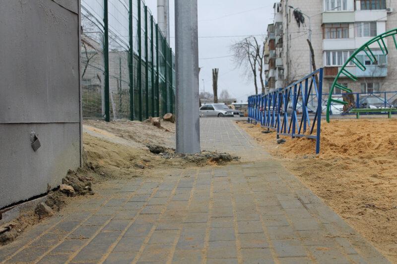 Халтура: активисты ОНФ проверили благоустройство двора в Центральном районе Волгограда